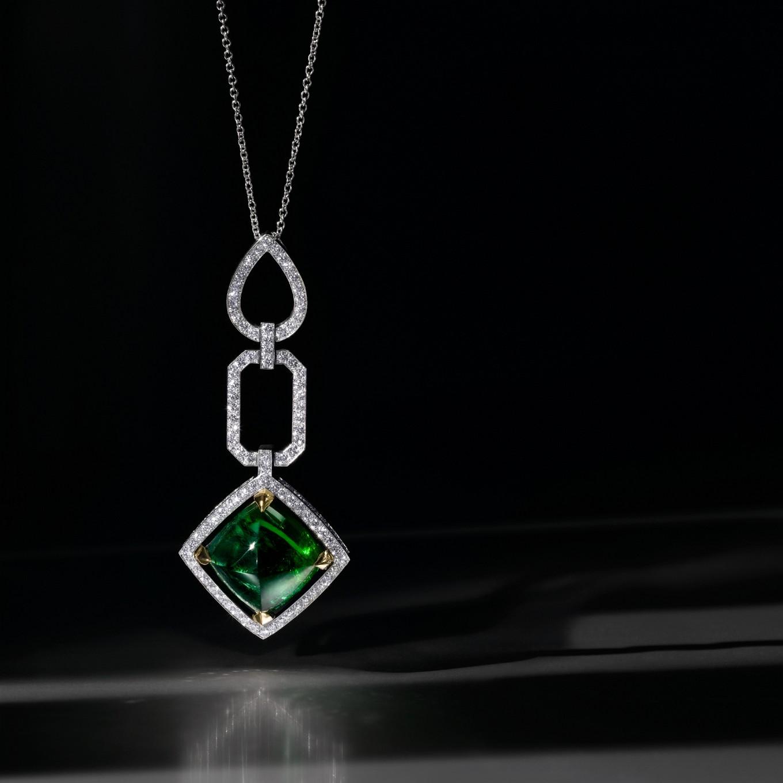 CABOCHON GREEN TOURMALINE & DIAMOND FRAME PENDANT (GREEN TOURMALINE 25.90 CTS)
