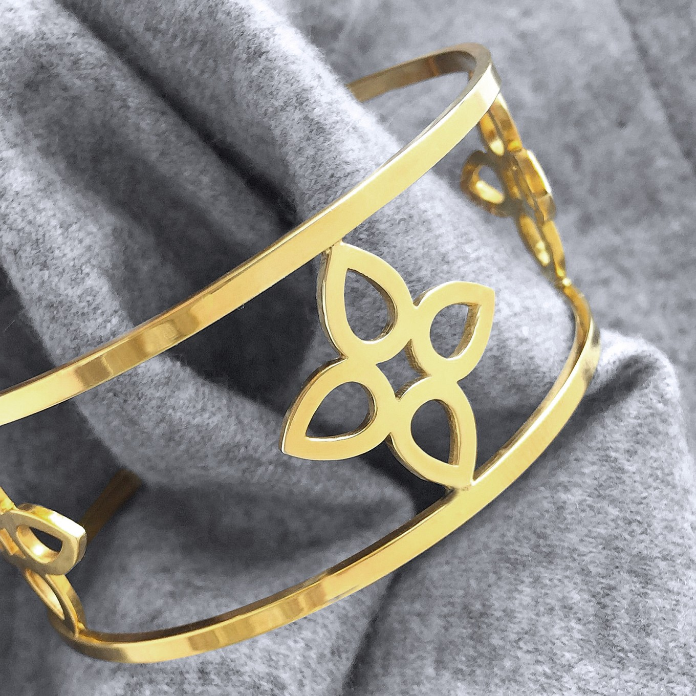 FLAT SEVILLA 3 MOTIF CUFF IN YELLOW GOLD.ALSO AVAILABLE IN STERLING SILVER
