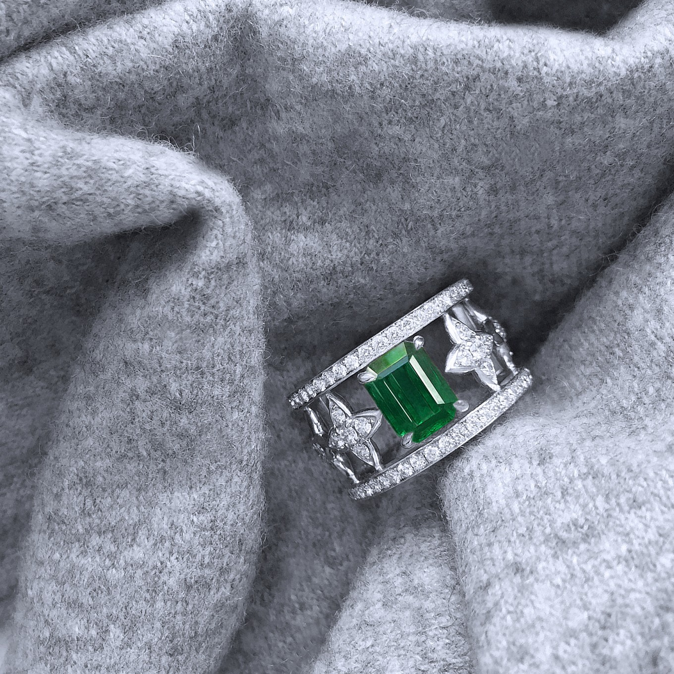 EMERALD CUT EMERALD & DIAMOND SEVILLA RING IN WHITE GOLD