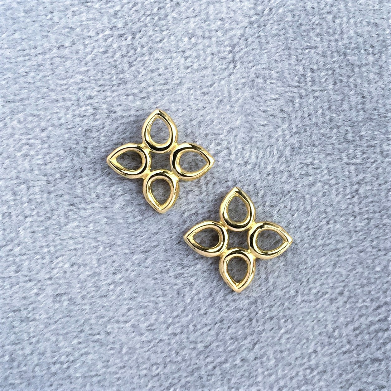 Sevilla motif wire earrings in yellow gold<br/><br/>Also available in sterling silver