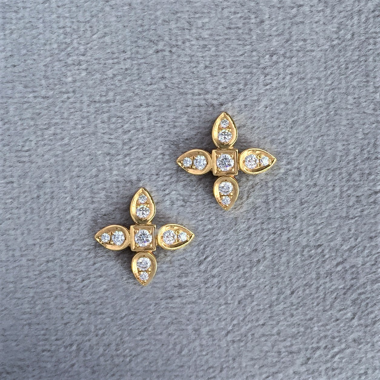 Diamond sevilla motif earrings in yellow gold